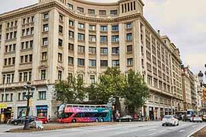 L'arrêt Barri Gòtic de l'Itinéraire Rouge du Barcelona Bus Turístic se situe sur la Via Laietana, une large avenue ouverte dans les années 30 pour relier l'Eixample à la mer.