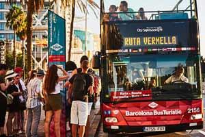 L'arrêt Port Olímpic de l'Itinéraire Rouge et de l'Itinéraire Vert du Barcelona Bus Turístic se situe sur la Plaça dels Voluntaris Olímpics, au pied de la tour Mapfre