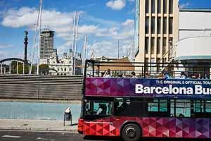 'arrêt Port Vell de l'Itinéraire Rouge du Barcelona Bus Turístic se situe devant le Centre Commercial Maremàgnum,